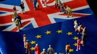 Photographie de figurines placées sur des drapeaux britannique et européen, prise à Lille, le 5février2019.