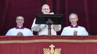 """Le pape lors de son message de Noël """"Urbi et orbi"""" , le 25 décembre 2017."""