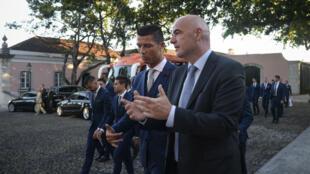 Le président de la Fifa Gianni Infantino discute avec l'attaquant protugais Cristiano Ronaldo lors d'une visite à Lisbonne, le 7 juin 2016.
