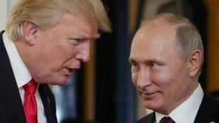 الرئيس الأمريكي دونالد ترامب متحدثا إلى نظيره الروسي فلاديمير بوتين في فيتنام في 11 تشرين الثاني/نوفمبر 2017
