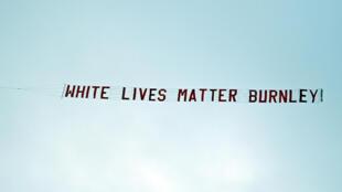 """La fameuse bannière 'White Lives Matter Burnley' (""""les vies blanches comptent"""") tirée par un avion au dessus du stade lors du match entre Manchester City et Burnley à Manchester, en Angleterre le 22 Juin 2020."""