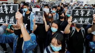 Un grupo de graduados de la Universidad de Ciencia y Tecnología rinde tributo al estudiante universitario fallecido tras sufrir una caída durante las protestas en Hong Kong, el 8 de noviembre de 2019.