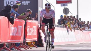 El ciclista Tadej Pogacar cruza la meta de la quinta etapa de la Vuelta a Emiratos Árabes Unidos el 27 de febrero de 2020 en Al Ain