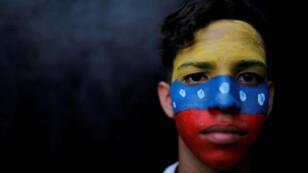 Un manifestante posa para un retrato durante un mitin contra el gobierno del presidente venezolano Nicolás Maduro en Caracas, Venezuela, 2 de febrero de 2019.