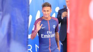 Le Brésilien Neymar lors de sa présentation au Parc des Princes, le 5 août 2017.