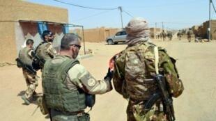 جنود فرنسيون من قوة برخان مع متمردين سابقين من الطوارق، يقومون بدورية في كيدال بشمال مالي في 25 تشرين الأول/أكتوبر 2016