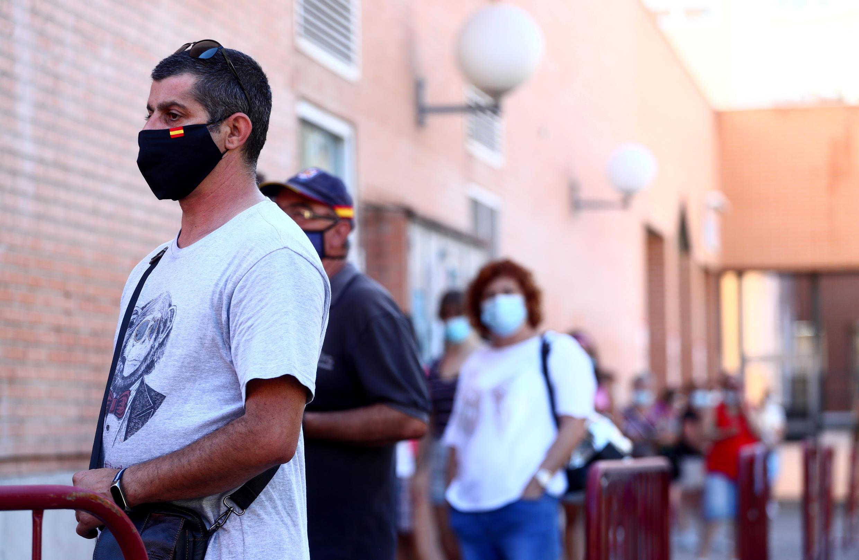 Un homme fait la queue pour effectuer un test au Covid-19, à Mostoles, en Espagne, le 22 août 2020.