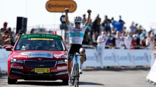 الدراج الكازاخستاني أليكسي لوتسينكو، خلال فوزه بالمرحلة السادسة من سباق فرنسا للدراجات بين لو تيل ومونت إيغوال، 3 سبتمبر 2020