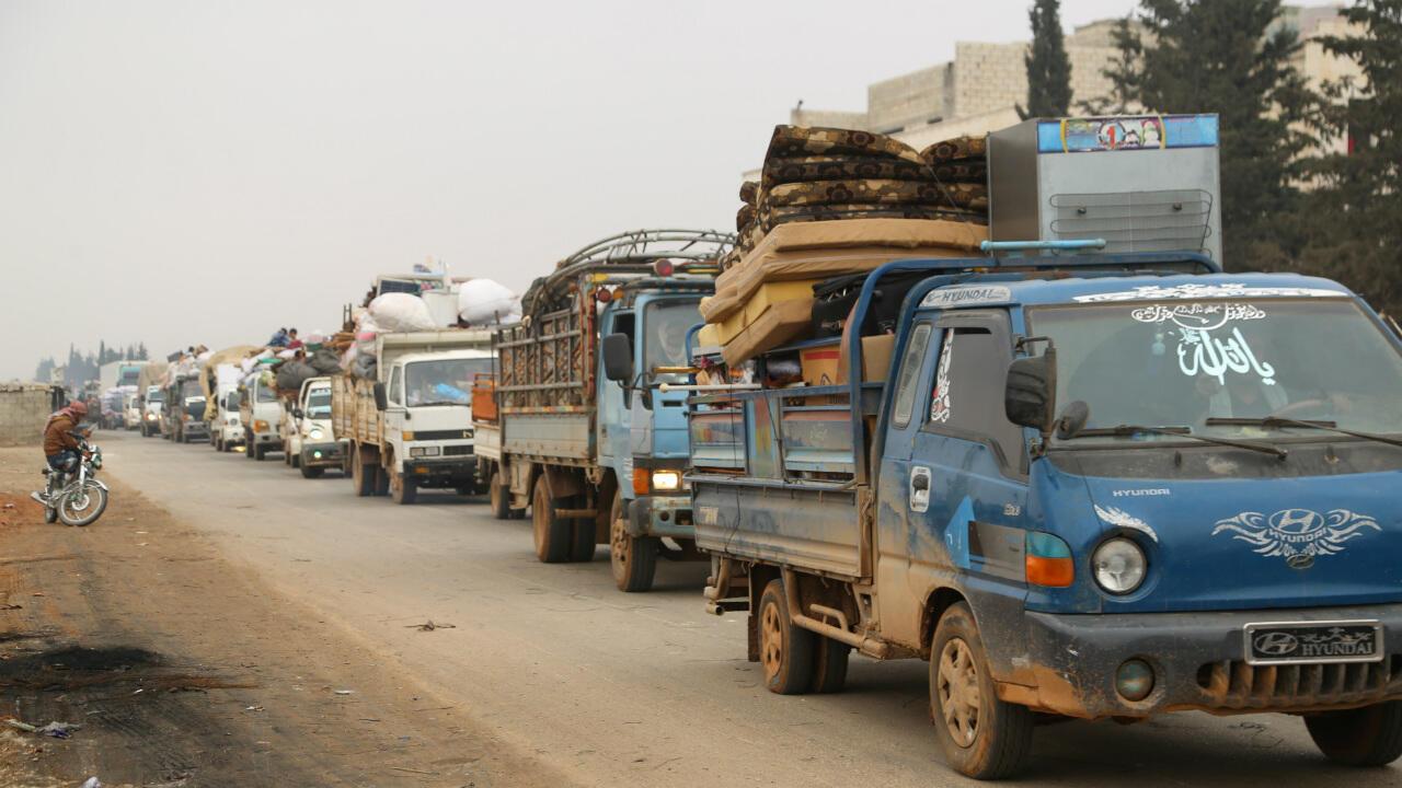 Camiones transportan las pertenencias de las perosnas que huyen de Maarat al-Numan en la provincia de Idlib, Siria, este 24 de diciembre de 2019.