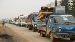Des camions transportent des effets personnels de personnes fuyant Maarat al-Numan à Idleb, en Syrie, le 24 décembre 2019.