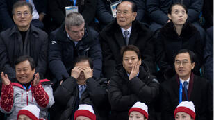 Les officiels de Corée du Nord et de Corée du Sud assistent ensemble au premier match de l'équipe féminine unifiée de hockey sur glace contre la Suisse, le 10 février 2018 à Gangneung.