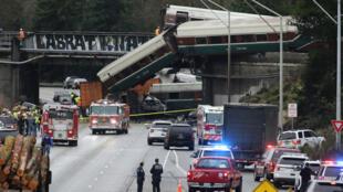 Equipos de emergencia acudieron a la escena del accidente de tren que descarriló y cuelga de un puente sobre la carretera interestatal (I-5) en DuPont, Washington, Estados Unidos, 18 de diciembre de 2017.