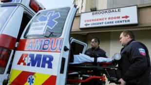 Un patient chargé dans une ambulance à New York, le 1er avril 2020.