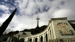 Franco repose non loin de Madrid, dans la Valle de los Caidos (Vallée de ceux qui sont tombés), un monument dédié aux combattants franquistes durant la guerre civile espagnole.