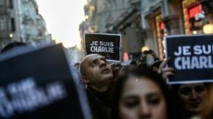 """تظاهرة لصحافيين أتراك تضامنا مع صحيفة """"شارلي إيبدو"""" في إسطنبول في 11 كانون الثاني/يناير 2015"""
