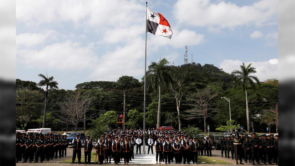 Las fuerzas de seguridad, junto con los delegados del Consejo Electoral de Panamá, se encuentran en formación durante la presentación del plan de seguridad antes de las elecciones generales.