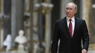 Le président russe, Vladimir Poutine, dans la Galerie des Batailles du château de Versailles, le 29 mai 2017.