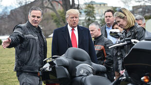 El presidente de Estados Unidos (centro) cuando recibió Matthew Levatich CEO de Harley-Davidson en la Casa Blanca. Febrero 2 de 2017.