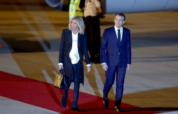 El presidente de Francia Emmanuel Macron y la primera dama, Brigitte Macron, llegan a Buenos Aires, Argentina, el 28 de novimebre de 2018.