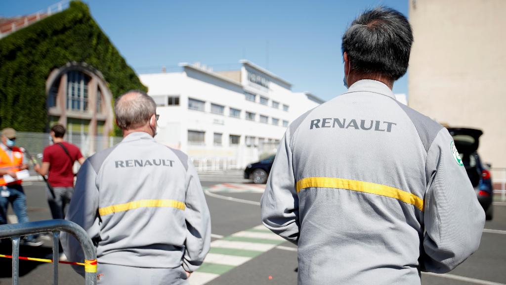 Dos trabajadores se concentran frente a la fábrica de  Choisy-le-Roi, cerca de París, Francia, después de conocerse que peligra el futuro de la planta.