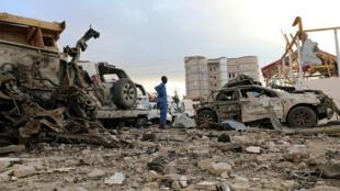 Un oficial de seguridad del Hotel Doorbin evalúa los restos después de la explosión de un coche suicida frente al hotel en Mogadiscio, Somalia, el 24 de febrero de 2018.