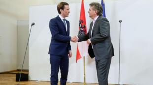 Sebastian Kurz, líder de los conservadores, se da la mano con Werner Kogler, líder de los verdes. Viena, Austria, 1 de enero de 2020.
