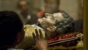 Visage en cire posé sur le corps de saint Jean Bosco.