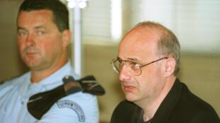 Jean-Claude Romand dans le box des accusés pour l'ouverture de son procès, le 25 juin 1996 devant la Cour d'assises de l'Ain.