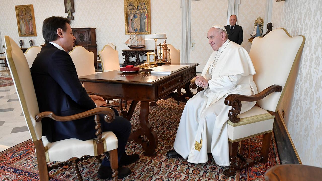 El Papa Francisco, a pesar de estar confinado, recibe visitas, como la de este lunes, del primer ministro italiano, Giuseppe Conte.