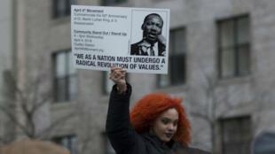Shayla Newman-Toledo mientras sostenía un cartel con la imagen de Martin Luther King el 2 de abril de 2018 en Boston, Estados Unidos.
