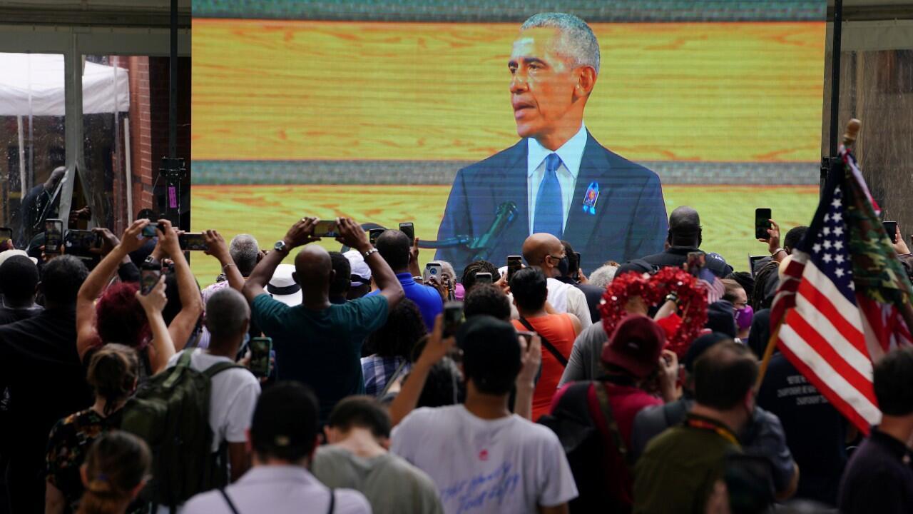 Cientos de personas siguen el discurso del expresidente Barack Obama durante un servicio fúnebre del congresista y defensor de los derechos civiles John Lewis, a las afueras de la iglesia Bautista Ebenezer, en Atlanta, Estados Unidos, el 30 de julio de 2020.