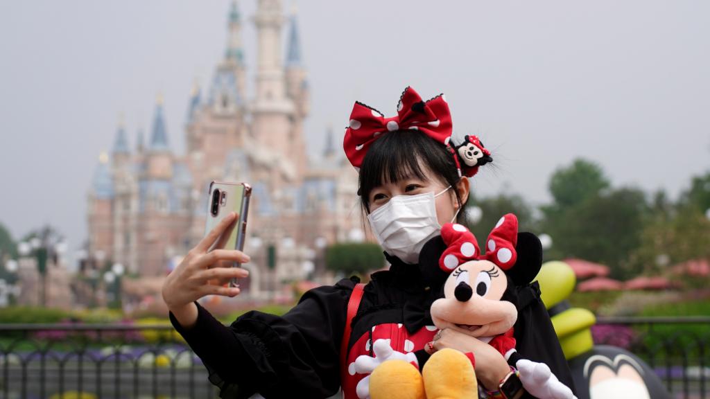 El parque de atracciones de Disney en Shanghai reabrió sus puertas después de tres meses, con medidas excepcionales.