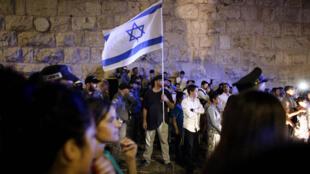 - متظاهرون من اليمين المتطرف الإسرائيلي بإحدى مداخل البلدة القديمة 04 تشرين الأول/أكتوبر 2015
