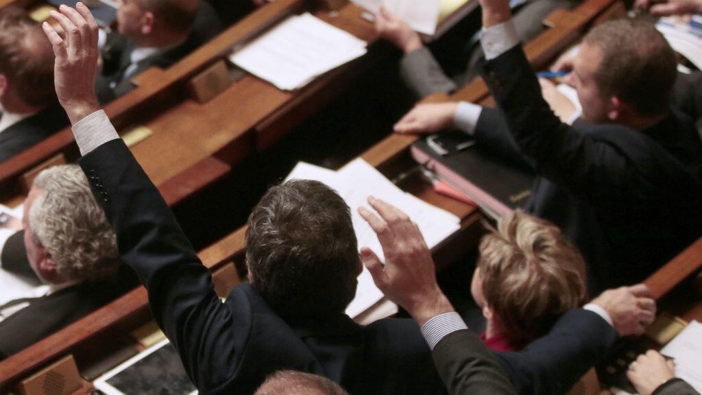 Vote des députés à main levée à l'Assemblée nationale, le 9 févier 2016.