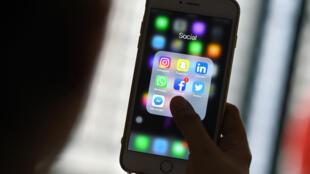 Una mujer revisa aplicaciones de las redes sociales Facebook, Instagram, Snapchat, Whatsapp, Twitter, Messenger y Linkedin en un teléfono inteligente. 22 de marzo de 2018.