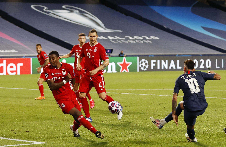 Neymar tropieza con la defensa del Bayern de Múnich durante la derrota del PSG en la final de la Champions League en Lisboa, el 23 de agosto de 2020.