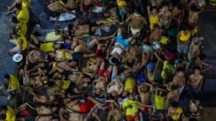 نزلاء سجن كويزون سيتي في مانيلا أثناء نومهم في باحته بتاريخ 27 آذار/مارس 2020