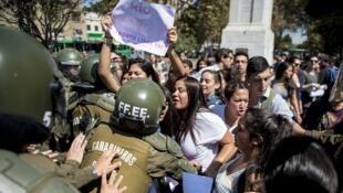 Des Chiliens manifestent pour réclamer le droit à l'avortement, à Santiago le 21 mard 2016.