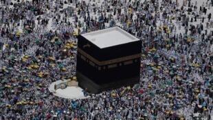 مصلون في المسجد الحرام بمكة.