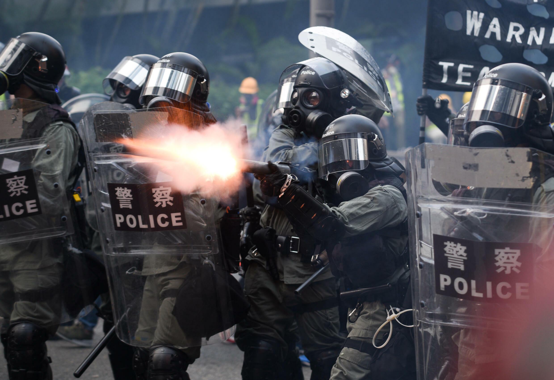 La police anti-émeute tire des gaz lacrymogènes en direction des manifestants à Hong Kong, en septembre 2019.