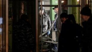 المحققون في موقع الانفجار في سوبرماركت في سان بطرسبورغ، 27 ك1/ديسمبر 2017