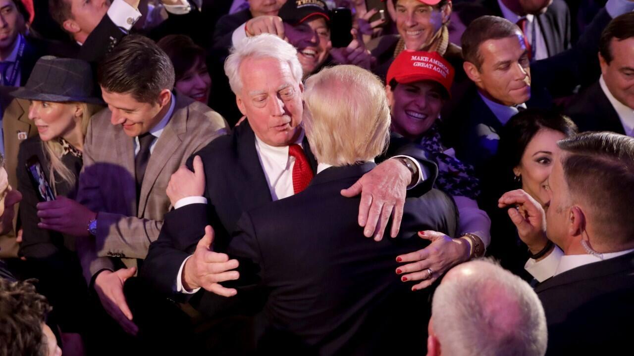 El presidente Donald Trump abraza a su hermano menor, Robert Trump, antes de su discurso de aceptación tras ganar las elecciones presidenciales en Washington, Estados Unidos, el 9 de noviembre de 2016.
