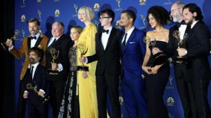 El elenco de 'Game of Thrones' posa con los premios Emmy durante la gala de 2018 celebrada en Los Ángeles, el 17 de septiembre de 2018.