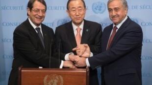 بان كي مون والرئيس القبرصي أناستاسيادس(يسار)والزعيم القبرصي التركي أكنجي نيويورك 25/09/2016