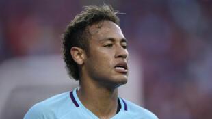 Le Brésilien Neymar a signé ce jeudi un contrat de cinq ans avec le PSG.