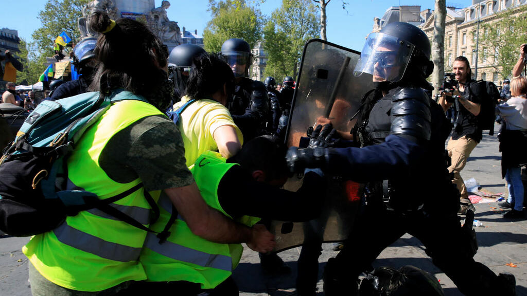 Inquiry opened after Yellow Vests goad police to 'commit suicide'