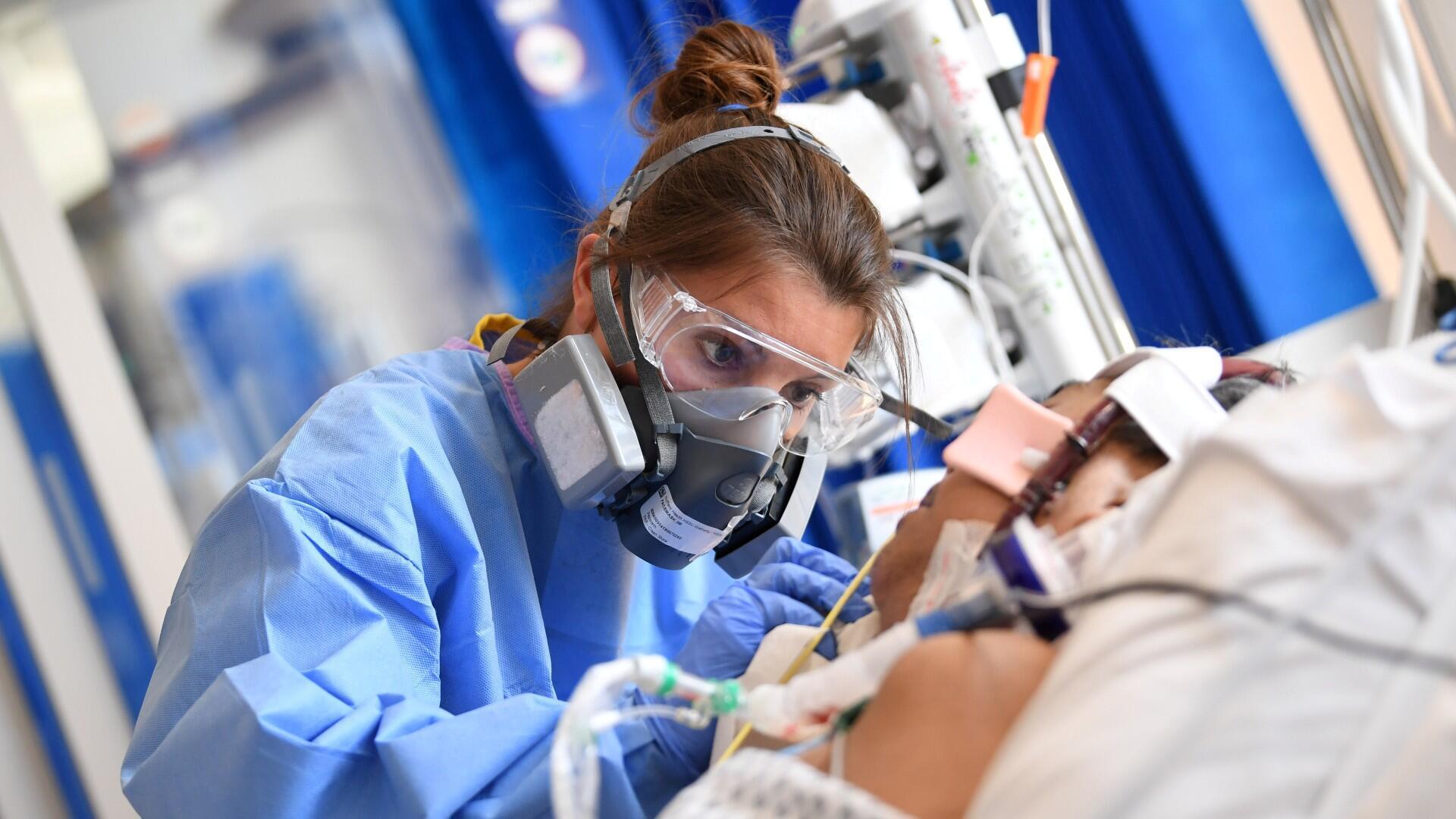 Imagen de archivo. Personal clínico usa equipo de protección (EPP) mientras se ocupa de un paciente en la unidad de cuidados intensivos del Hospital Royal Papworth en Cambridge, Reino Unido, el 5 de mayo de 2020.