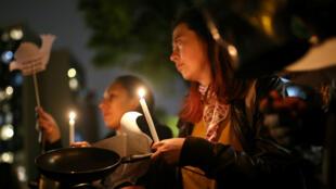 Un partidario de la Fuerza Alternativa Revolucionaria de lo Común (FARC) sostiene una vela durante una vigilia en memoria de los ex guerrilleros de las FARC asesinados después del acuerdo de paz con el Gobierno, en Bogotá, Colombia, el 25 de febrero de 2020.