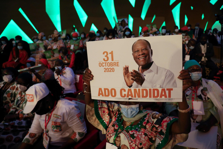 Des partisans du président ivoirien Alassane Ouattara, lors d'une réunion du comité politique du RHDP, parti au pouvoir en Côte d'Ivoire, pour sélectionner leur candidat à la présidentielle d'octobre à Abidjan, le 29 juillet 2020.