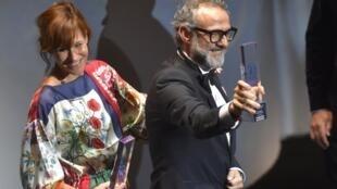 الطاهي الإيطالي ماسيمو بوتورا يتسلم جائزة أفضل مطعم في حفل أقيم بمدينة مودينا شمال إيطاليا في 19 يونيو/حزيران 2018
